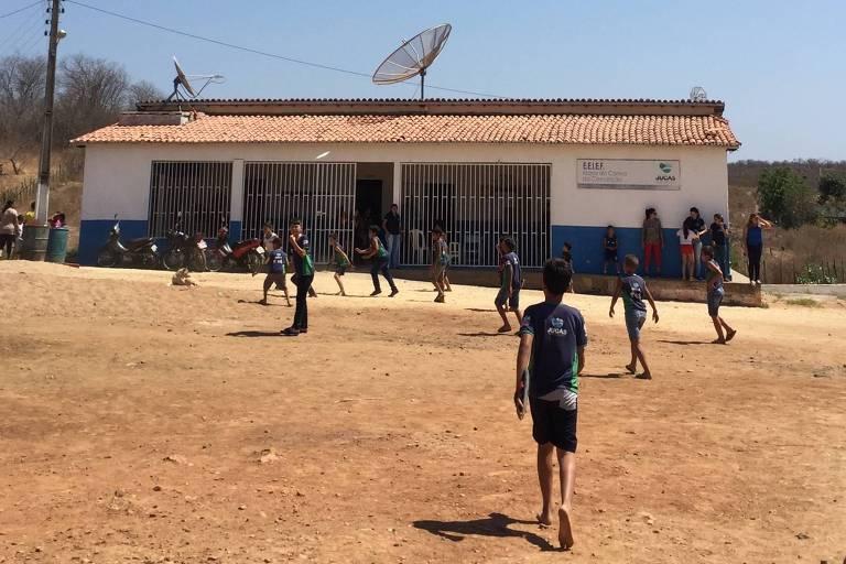 Alunos da escola municipal Maria do Carmo da Conceição, que fica na zona rural de Jucás, a 407 km de Fortaleza (CE), na frente do colégio - Paulo Saldaña/Folhapress