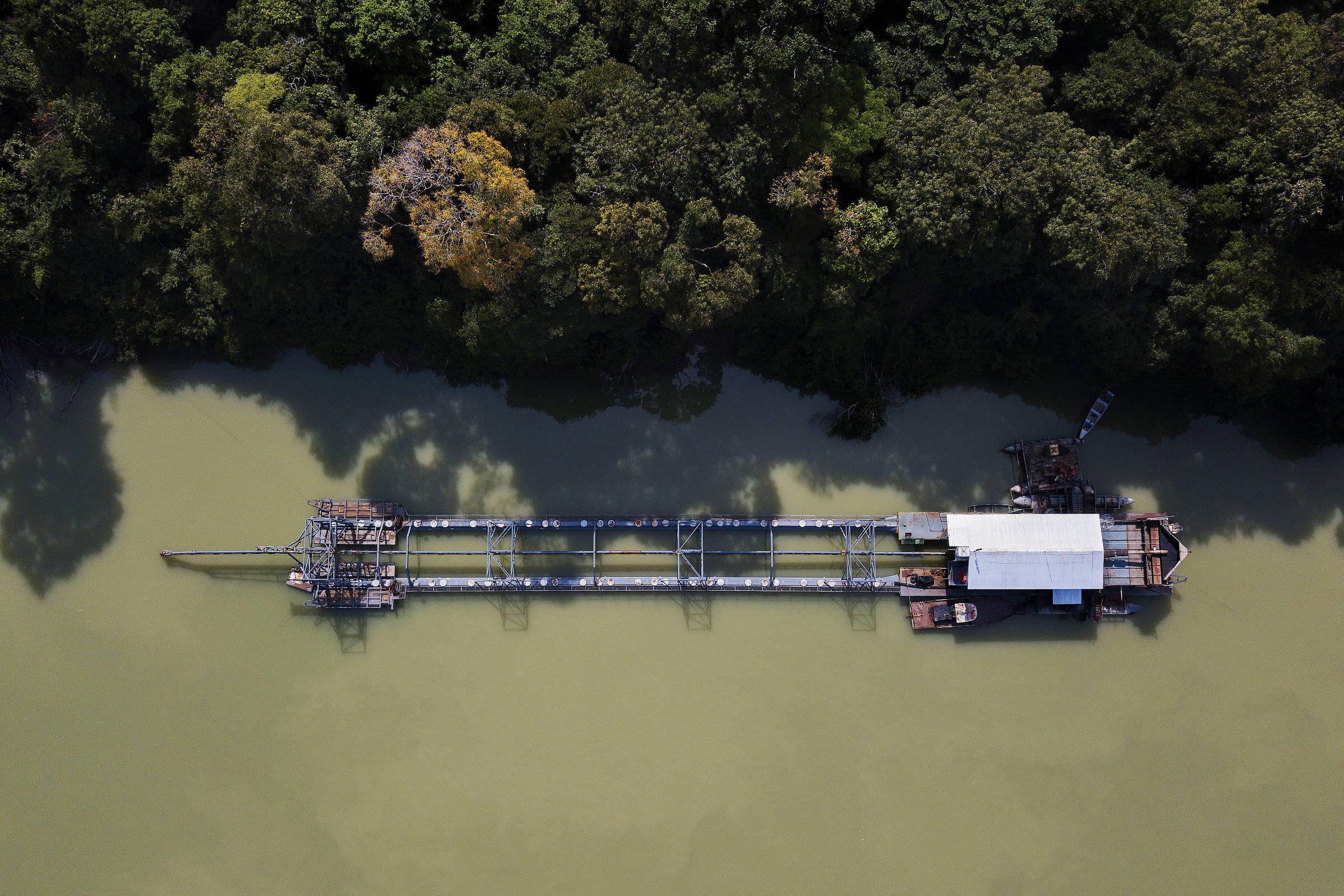 Draga usada para a extração de ouro e diamante do rio Tapajós ancorada ao lado da Terra Indígena Sawré Muybu, no Pará