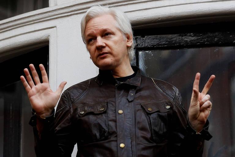 O australiano Julian Assange, fundador do site WikiLeaks, no terraço da embaixada equatoriana em Londres