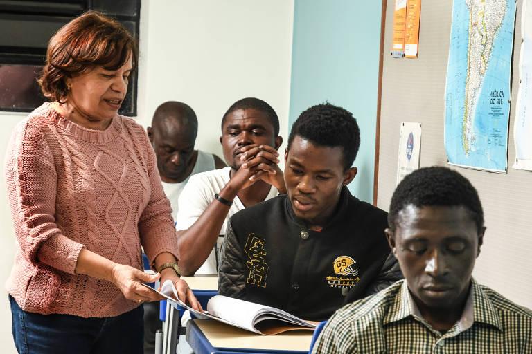 Aposentada que ensina português a imigrantes vira 'mãe' de africanos em SP