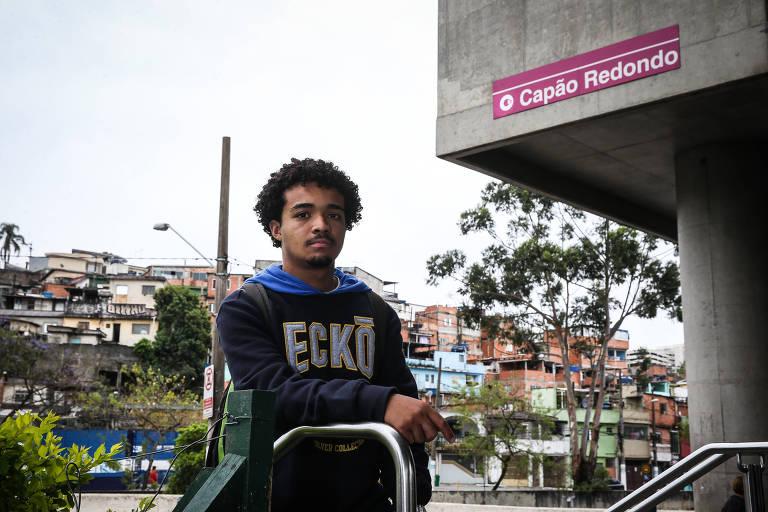 Imagem mostra jovem em frente à estação Capão Redondo do metrô