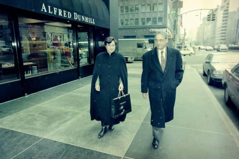 O então ministro da Fazenda, Fernando Henrique Cardoso, e sua mulher, Ruth, ao deixarem a loja Alfred Dunhill em Nova York