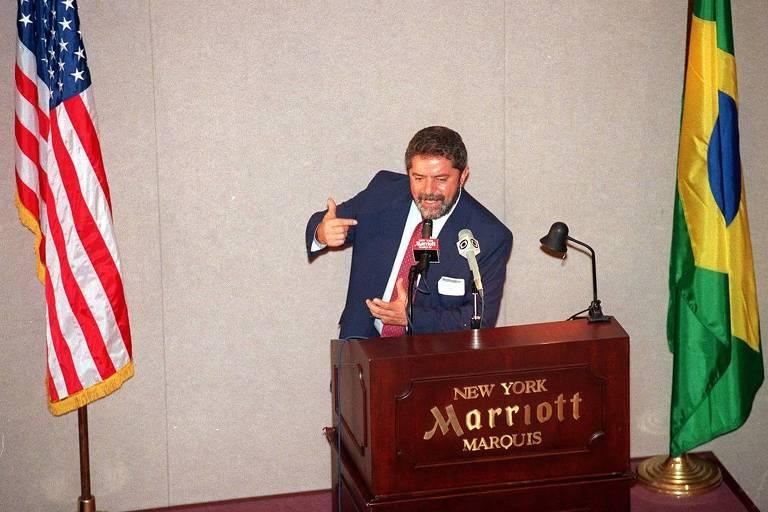 O então candidato Luiz Inácio Lula da Silva (PT) discursa para empresários em Nova York