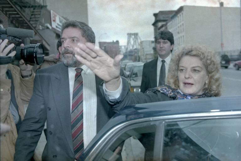Lula e sua mulher, Marisa, saem do restaurante Peter Luger Steak House, no bairro do Brooklin, em Nova York