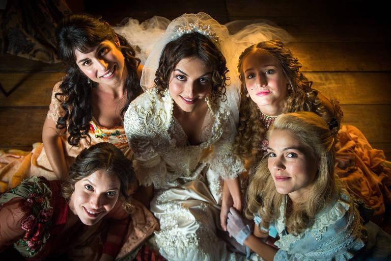 Irmãs Benedito, no centro Cecilia (Anaju Dorigon), cercada por Elisabeta (Nathalia Dill), Mariana (Chandelly Braz), Lídia (Bruna Griphao) e Jane (Pamela Tomé)