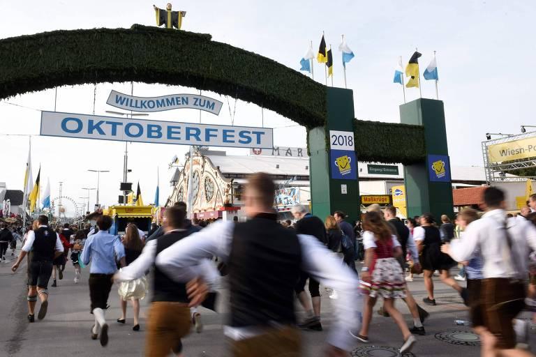 Os primeiros visitantes correm durante da 185ª Oktoberfest, o festival anual de cerveja de Munique