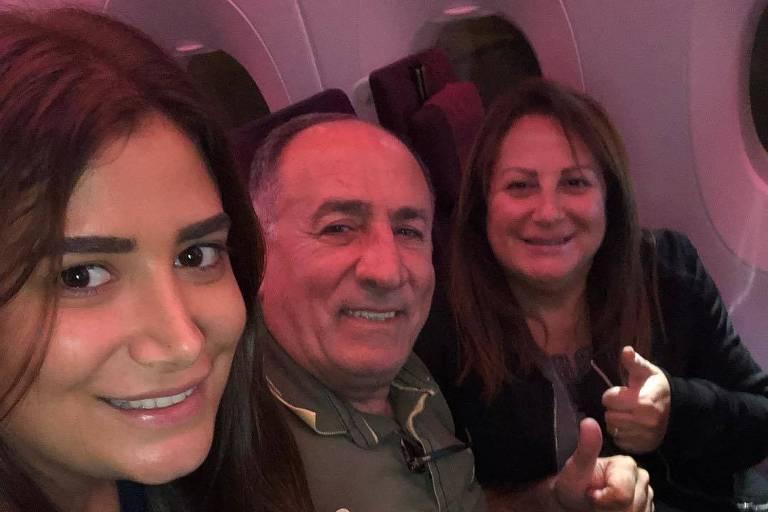 Irmã, pai e mãe do ex-BBB Kaysar, em avião a caminho do Brasil