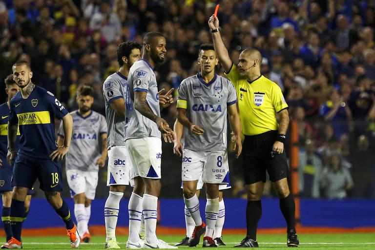 Dedé recebeu cartão vermelho após dividida com o goleiro do Boca, Andrada, no jogo de ida, em La Bombonera