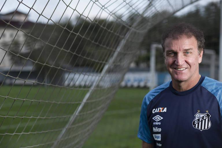 Cuca posa para foto após treino do Santos na última sexta-feira (21)