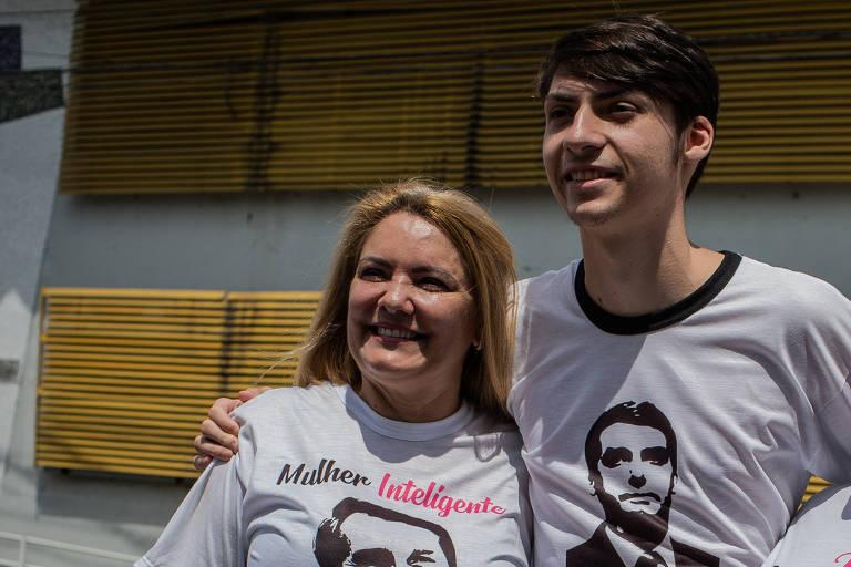 Ana Cristina Valle,  ex-mulher de Bolsonaro, ao lado do filho Jair Renan durante ato em apoio ao presidenciável em Resende (RJ)