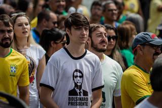 Mitinho , caçula de Bolsonaro cria gosto por política e galinhas 9b155fa048