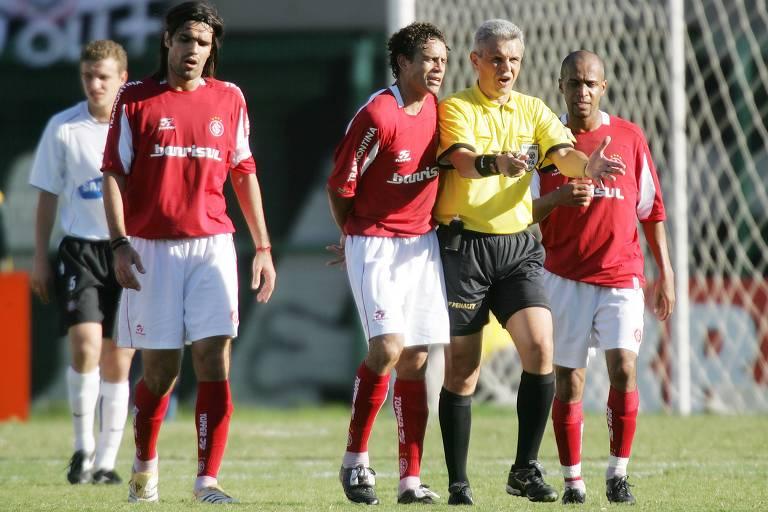 O juiz Márcio Rezende de Freitas durante o jogo entre Corinthians e Internacional, no estádio do Pacaembu, pelo Brasileiro de 2005