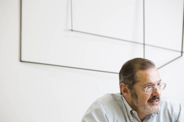 Na foto, o economista Luiz Fernando Figueiredo, 54, dá entrevista em seu escritório. Ele foi diretor de política monetária do Banco Central de 1999 a 2003, é sócio fundador e principal executivo da Mauá Capital, que administra R$ 6 bilhões em investimentos