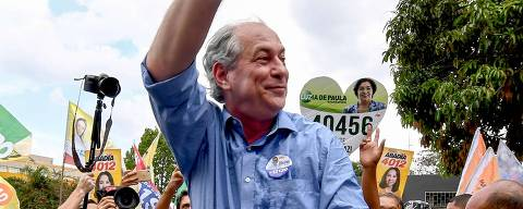 Brazilian presidential candidate Ciro Gomes, salute his supporters during a campaign rally at public market in Nucleo Bandeirante district, Brasilia, on September 21, 2018. - Brazil will hold presidential elections on October 7. (Photo by EVARISTO SA / AFP) ORG XMIT: ESA921