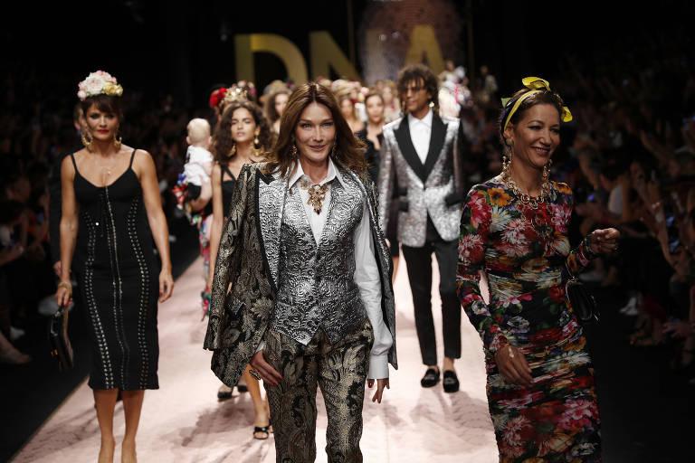 Carla Bruni Sarkozy, ao centro, no desfile da coleção 2019 primavera-verão da Dolce & Gabbana