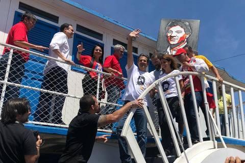Fernando Haddad (PT) em campanha em Juazeiro, na Bahia, ao lado da mulher, Ana Estela (Bruno Boghossian/Folhapress)