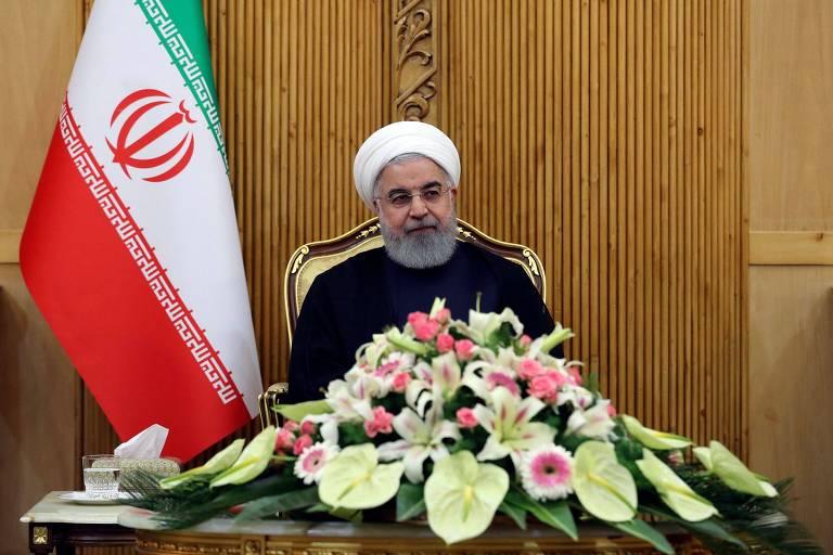 Hasan Rowhani fala a repórteres em Teerã antes de embarcar para a Assembleia Geral da ONU em Nova York