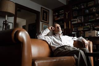 O historiador Alberto da Costa e Silva em sua casa, no Rio de Janeiro