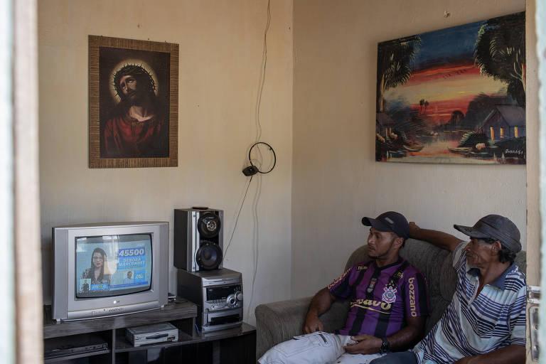 Moradores de Calumbi, no sertão pernambucano, veem na sala de casa à propaganda de Haddad no horário eleitoral da TV