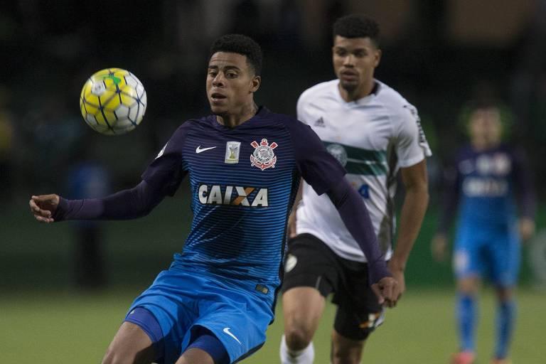 63d682af2e Gustavo em ação pelo Corinthians contra o Coritiba