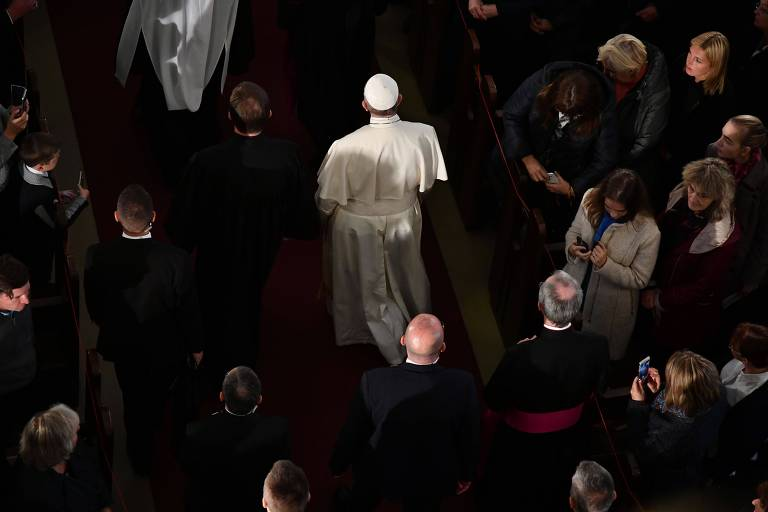 O papa Francisco (de branco) durante cerimônia na catedral luterana de Riga, capital da Letônia