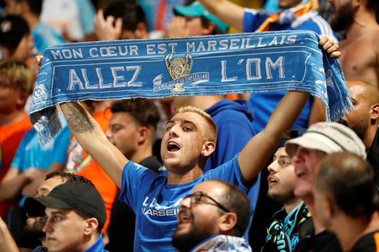Torcedor do Olympique de Marselha segura cachecol da equipe durante partida pelo Campeonato Francês