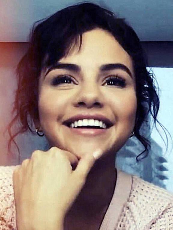 Selena Gomez anuncia saída das redes socias : No Instagram, ela publicou uma foto em que aparece sorrindo e explica o motivo de sua saída. ?Fazendo uma pausa na mídia social. Novamente. Por mais que eu seja grata pela voz que a mídia social dá a cada um de nós, sou igualmente grata por poder dar um passo atrás e viver minha vida presente até o momento em que me foi dado. Um pouquinho de gentileza e encorajamento! Lembre-se: comentários negativos podem ferir os sentimentos de qualquer pessoa?, disse