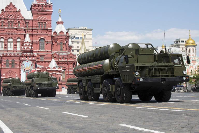 Caminhão com lançador do sistema de mísseis S-300 durante parada militar em Moscou