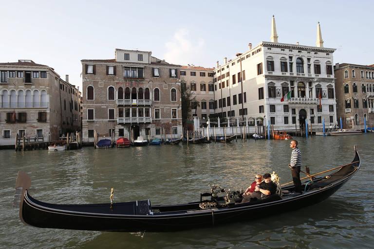 Gôndola navega por Veneza, na Itália