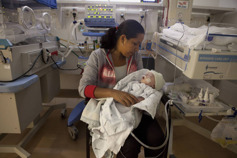 Cristiane Nascimento e o filho Lucas, na UTI da Divisão de Neonatologia do Caism, na Unicamp. Ela sussurra para ele e o coração do bebê acelera