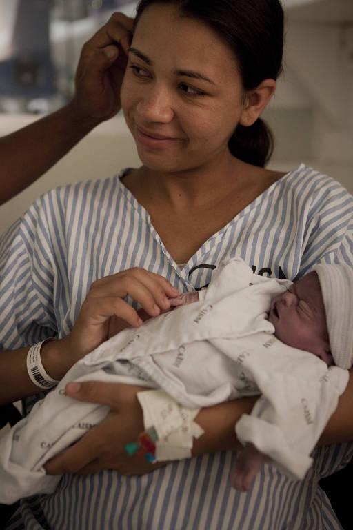 Josiane Pereira despede-se de sua filha Ana Luiza, que viveu apenas sete horas; na sala de luto do Caism, na Unicamp, o marido, Giovani, a ampara e acaricia seu rosto
