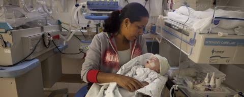 Cristiane Nascimento e o filho Lucas, na UTI da Divisão de Neonatologia do Caism, na Unicamp. Ela sussura para ele e o coração do bebê acelera