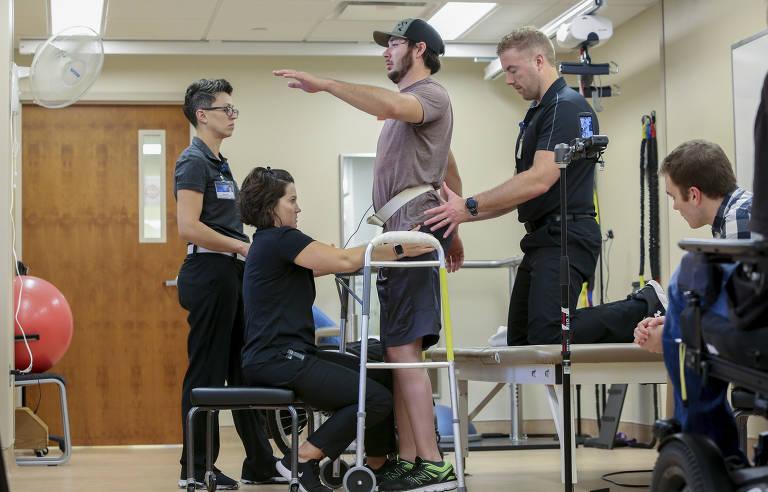 Paraplégico caminha sem ajuda após terapia
