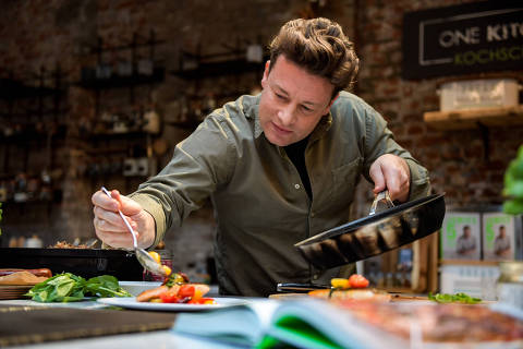 The British chef Jamie Oliver cooks at the One Kitchen Culinary School in Hamburg, Germany, 6 December 2017. Oliver also presented his book