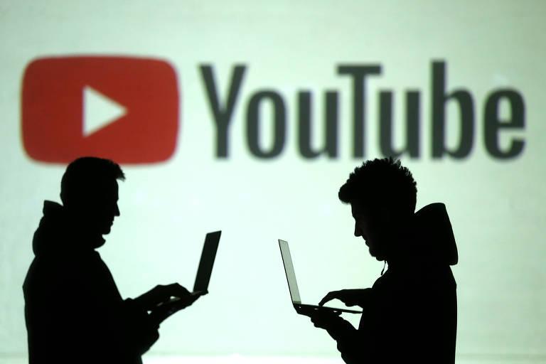 Usuários em frente ao logo do YouTube durante feira na Alemanha