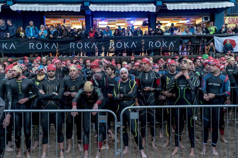 Competidores aguardam para autorização de largada da etapa de Tenby (País de Gales) do circuito Ironman de triatlo