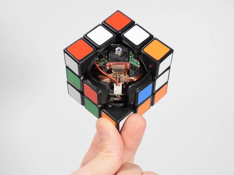Cubo mágico com interior exposto, mostrando fios e chips