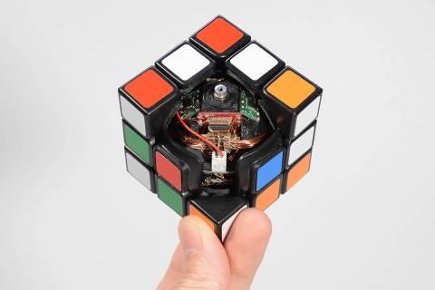 O cubo robótico que se resolve sozinho, do japonês Takashi Kaburagi