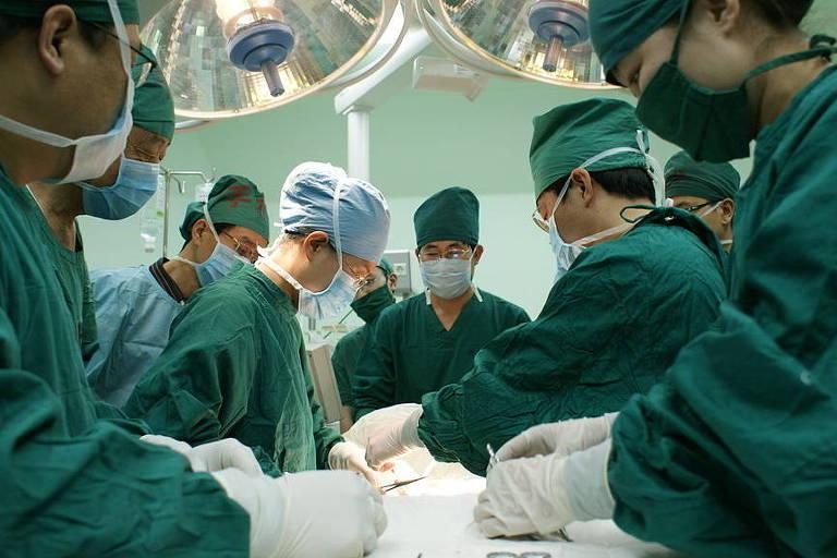 Médicos em sala de cirurgia