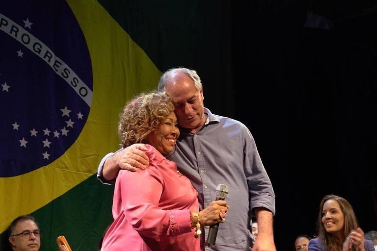 Ciro Gomes (PDT) participa de ato com artistas na zona sul do Rio de Janeiro. Na foto, a cantora Alcione aparece ao lado do presidenciável