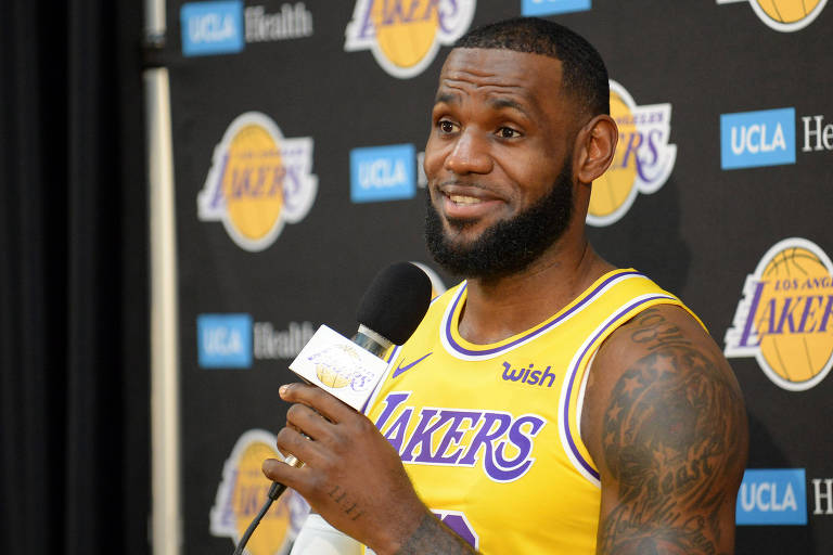 LeBron James durante sua apresentação no LA Lakers
