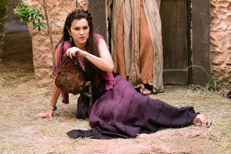 Adela (Adriana Garambone) é humilhada nas ruas de Jerusalém