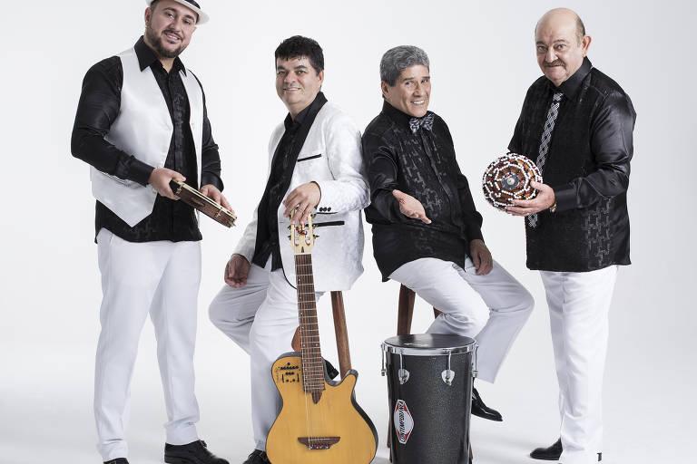 Da esq. para dir., Ricardinho (pandeiro), Dedé Paraizo (violão), Izael (timba) e Sérgio (afoxé)
