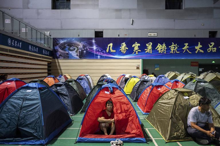 Pais acampam em ginásio em Tianjin, na China, para ajudar os filhos nos primeiros dias na universidade