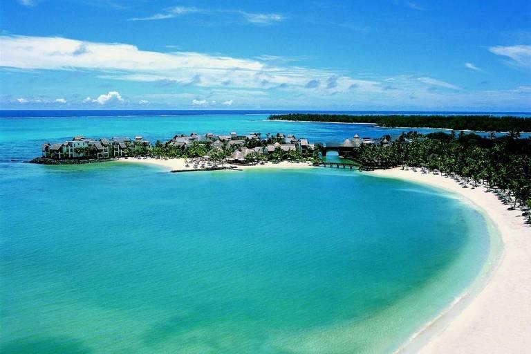 Enseada com praia com águas turquesas e areia branca