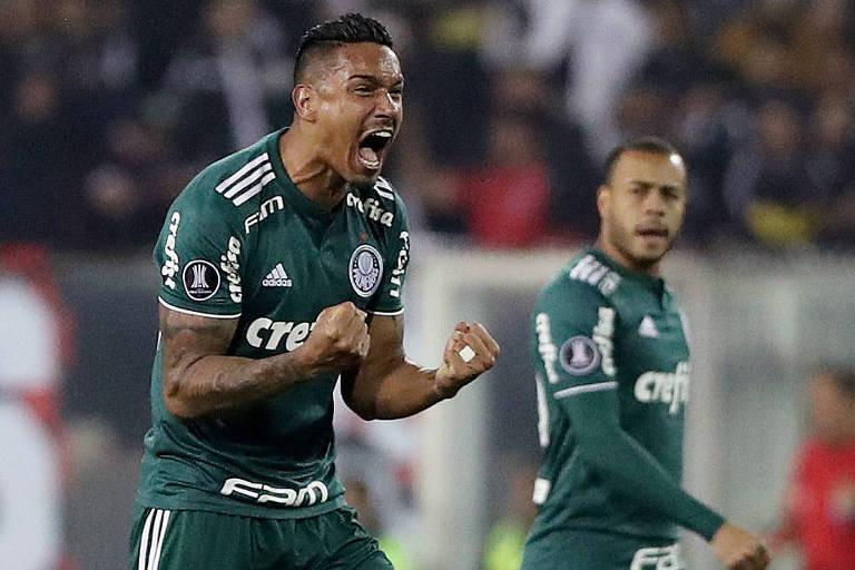 Antônio Carlos vibra com o gol de Bruno Henrique diante do Colo-Colo, pela Libertadores
