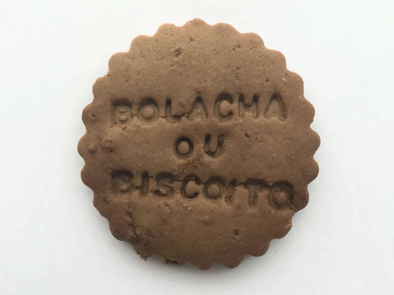 """Biscoito redondo com relevo onde se lê a frase """"Bolacha ou Biscoito"""""""