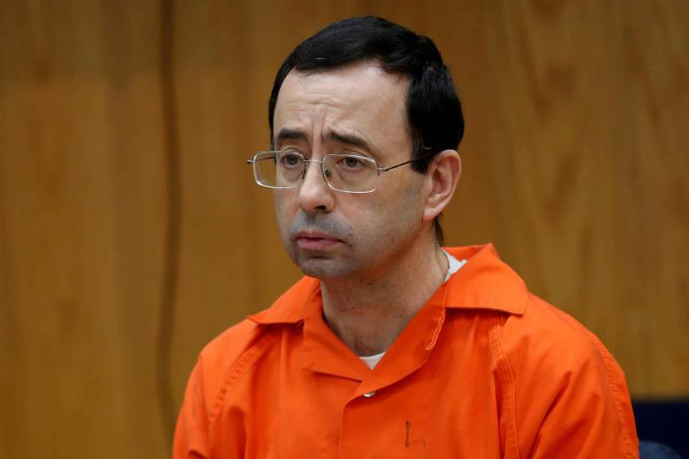 O médico Larry Nassar acompanha a divulgação de sua sentença de 175 anos de prisão por abuso sexual às ginastas da seleção dos Estados Unidos, no último mês de janeiro