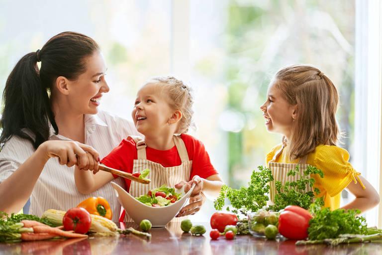 Mãe e filhas tentam cozinhar juntas