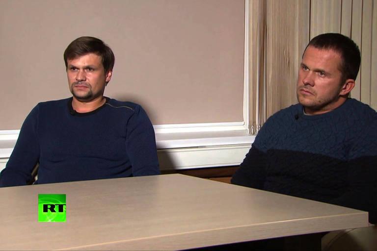 Ruslan Boshirov (dir.), agora identificado como o coronel Anatoliy Vladimirovitch Chepiga, ao lado do outro acusado, Alexander Petrov, durante emtrevista para a TV russa